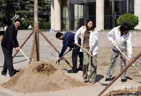 图文:国家体总局训练局迎植树节 齐晖在植树