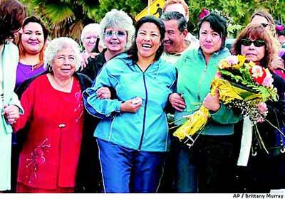 2004年,在获得美国移民局专为人口贩卖受害者提供的特殊签证后,苏亚雷斯(中)与亲友手拉手庆祝。