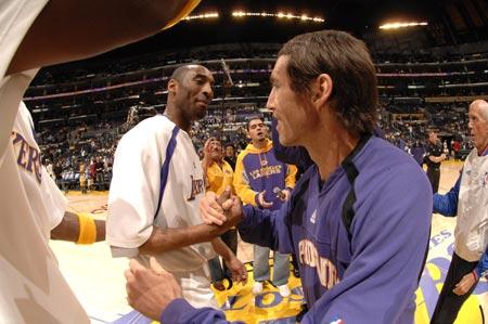 图文:[NBA]湖人负太阳 科比纳什握手