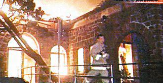 草山行馆被大火焚烧后,只剩下石砌门墙。(台湾TVBS电视台画面)