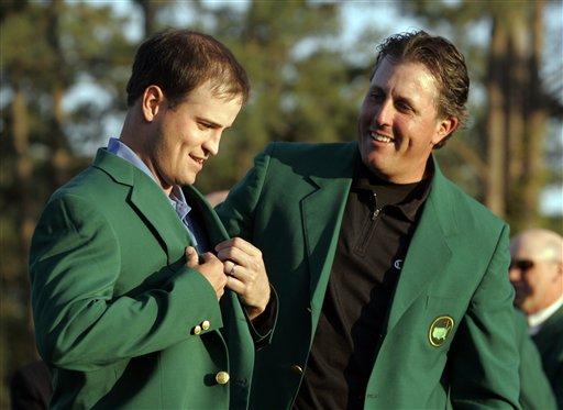 米克尔森(右)今年只有给别人穿上绿夹克的份了