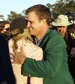 图文:美国大师赛约翰逊披上绿夹克 拥抱爱妻