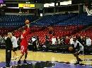 图文:[NBA]火箭VS国王 巴蒂尔与刺头在练习