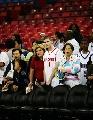 图文:[NBA]火箭VS国王 球迷赛前场边观看训练