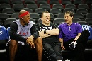 图文:[NBA]火箭VS国王 维尔士场边调侃