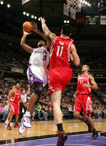 图文:[NBA]火箭VS国王 姚明飞身封堵拉稀姆