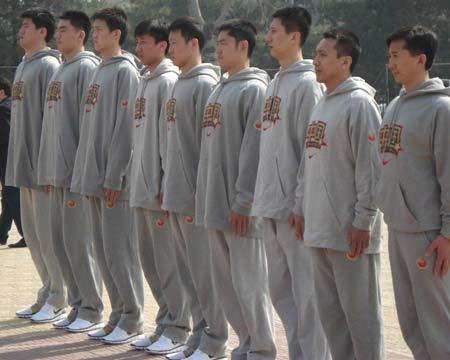 图文:[篮球]男篮军训训练营 男篮队员一字排开