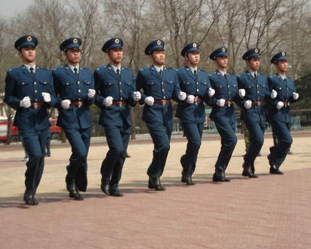 图文:[篮球]男篮军训训练营 部队官兵表演