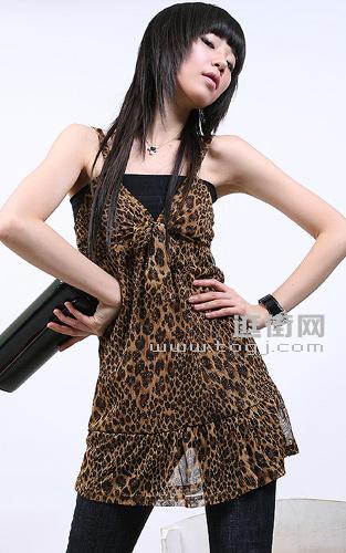 谁说豹纹只能演绎性感,一件简单的小抹胸立马中和性感显出俏皮感