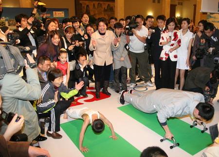 图文:伊利奥运健康中国行 史冬鹏与小朋友互动