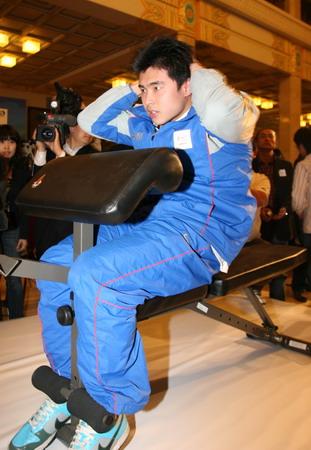 图文:奥运健康中国行 吴鹏现场比试仰卧起坐