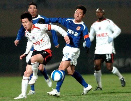王赟(右二)与肇俊哲(左)在比赛中(新华社记者李钢摄)