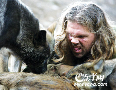 """美國狼人""""與狼共舞"""" 與狼一起生活同食動物尸體(組圖)圖片"""