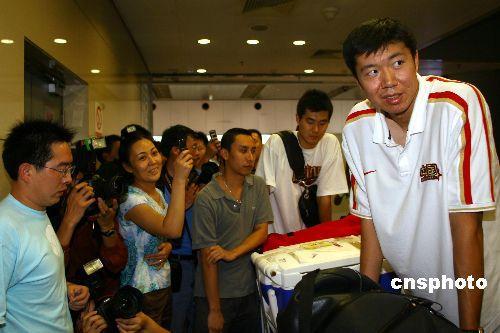 去年八月二十八日,参加在日本举行的世界男篮锦标赛的中国男篮返回北京</A></td></tr></table></SPAN>。图为王治郅抵达机场。 中新社发 盛佳鹏 摄