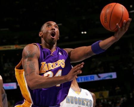 图文:[NBA]掘金主场战湖人 科比怒吼上篮