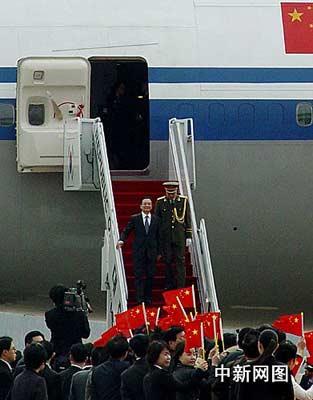 当地使馆工作人员、中资机构、留学生和华人华侨代表到机场欢迎温总理一行。