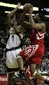 图文:[NBA]火箭vs超音速 麦迪强行上篮