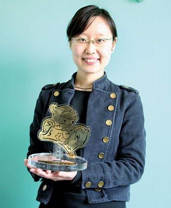 张树颀展示所获得的奖杯 来源:法制晚报