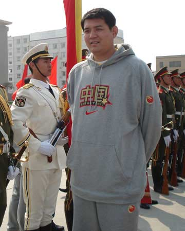图文:[男篮]参观三军仪仗队 巩晓彬现场留影