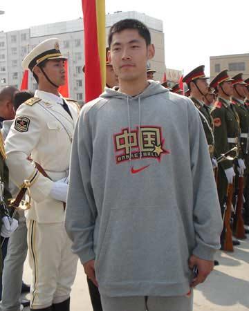 图文:[男篮]参观三军仪仗队 张庆鹏留影