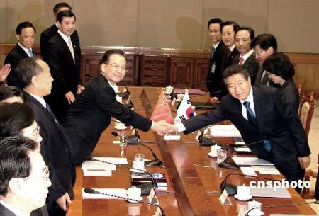 温家宝10日在韩国首尔与韩国总统卢武铉举行会谈