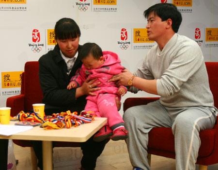 图文:艾冬梅做客搜狐聊天 艾冬梅抱自己的宝宝