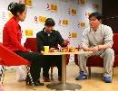 图文:艾冬梅做客搜狐聊天 认真整理奖牌