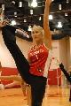 NBA图:火箭美女啦啦队排练 展示柔韧性