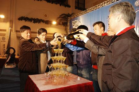 图:2007年POLO杯 与会嘉宾举杯共饮