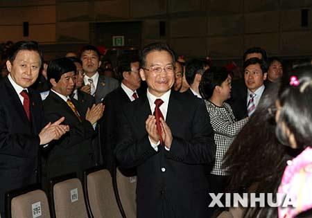 4月10日,正在韩国进行正式访问的中国国务院总理温家宝在首尔出席中韩交流年开幕式并观看文艺演出。 新华社记者 饶爱民 摄