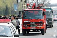 消防车赶赴火灾现场。首席摄影记者 吴宁/摄
