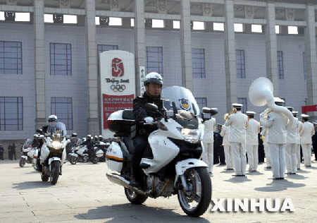 执勤警员骑着新式摩托车出发。