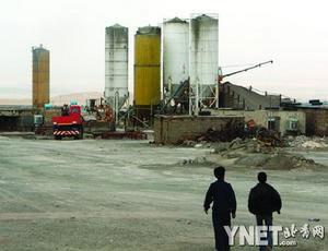 两名工作人员在纳坦兹核设施内行走 摄影/新华社记者梁有昶