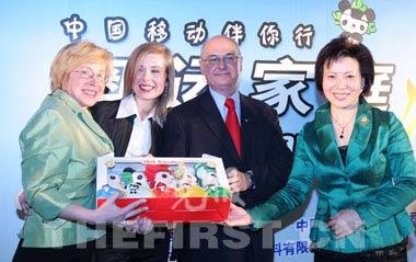 王惠向第一波兰参赞塔泰拉一家赠送了纪念品福娃 崔浩/摄