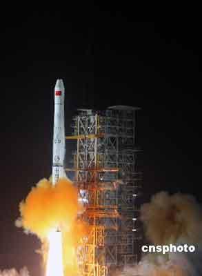 """2月2日零时28分,西昌卫星发射中心,中国用""""长征三号甲""""运载火箭,成功将第四颗北斗导航试验卫星送入太空。中新社发 孙自法 摄"""