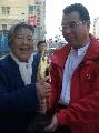 图文:王刚义获奖载誉归乡 与亲人共捧奖杯