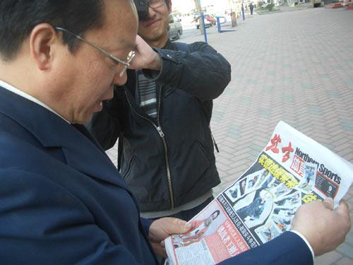 图文:王刚义获奖载誉归乡 媒体竞相报道
