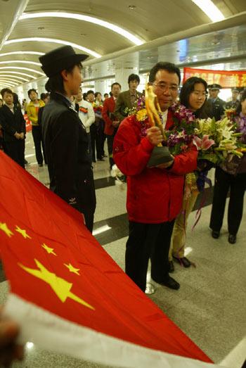 图文:王刚义获奖载誉归乡 走出机场众星捧月