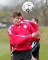 图文:利物浦备战冠军杯 杰拉德头球表情怪异