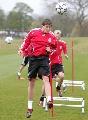 图文:利物浦备战冠军杯 队员进行头球训练