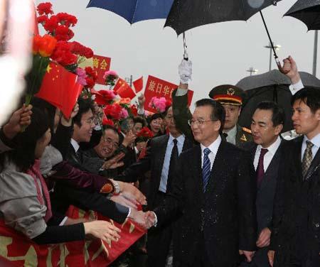 温家宝乘专机抵达东京,开始对日本进行为期三天的正式访问。