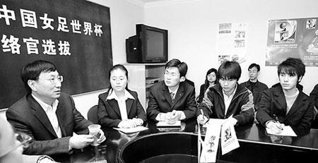 市体育局副局长邱伟昌(左)与考官座谈