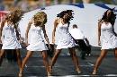 图文:[赛车]比赛前的美女舞蹈 头发甩甩