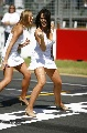 图文:[赛车]比赛前的美女舞蹈 她在诱惑谁?