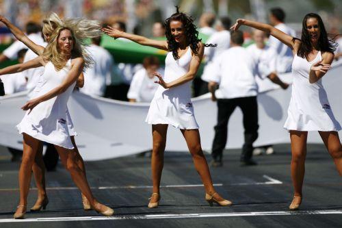 图文:赛车比赛前的美女舞蹈