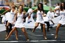 图文:[赛车]比赛前的美女舞蹈 投入的演出