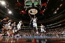 图文:[NBA]76人胜步行者  小奥强行上篮
