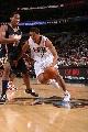 图文:[NBA]76人胜步行者  米勒强行突破