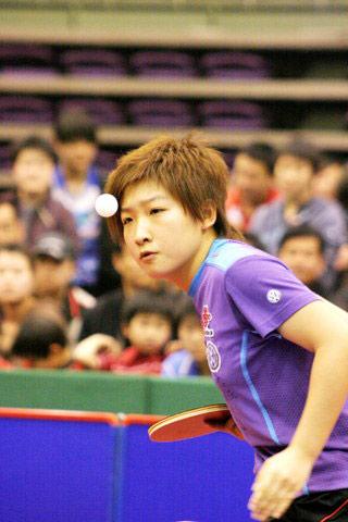图文:直通赛第三阶段姚彦夺冠 刘诗雯侧身发球