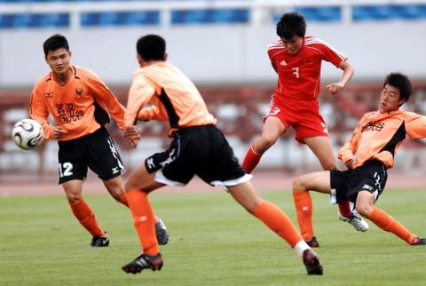 图文:女足0-3武汉U17男足 李洁一人当关